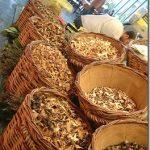 Funghi secchi in vendita ad un mercato di Barcellona